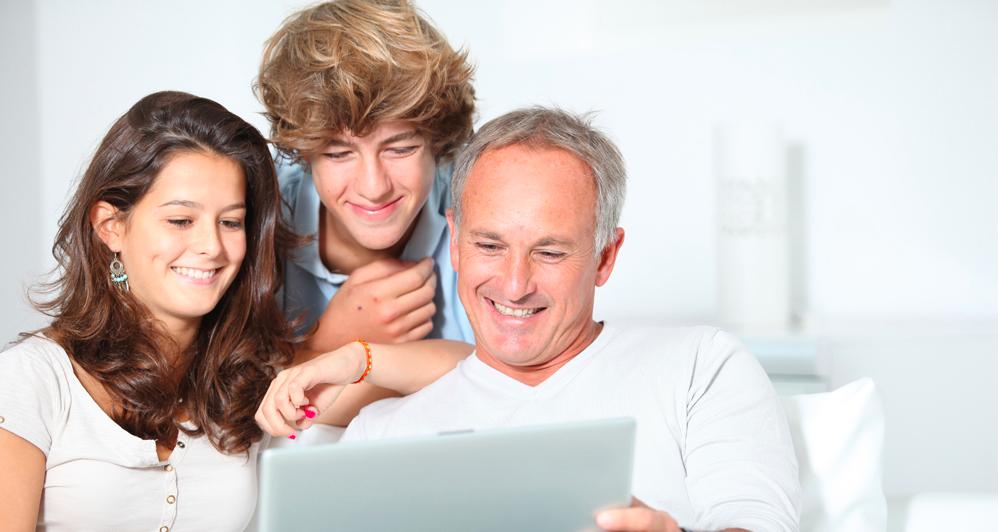 Une famille pense pense au financement des études de leurs enfants